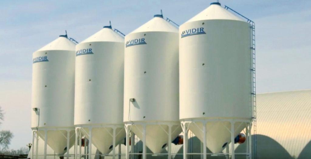 Современные специализированные силосы для хранения рапса на ферме в Канаде