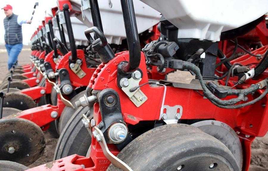 Кожна висівна секція обладнана електромотором приводу висівного апарату vDrive для індивідуального управління роботи секції