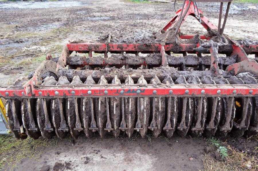 Культиватор Carrier добре працює навіть по перезволоженому ґрунту. Чистики дають змогу уникати забивань