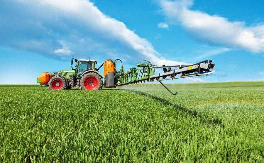 В сільському господарстві обсяги застосування ЕДТА незрівнянно малі порівняно з використанням у промисловості. Токсичний вплив можливий лише при внесенні в 300-1000 разів вищих норм ЕДТА, ніж реально використовуються в рослинництві