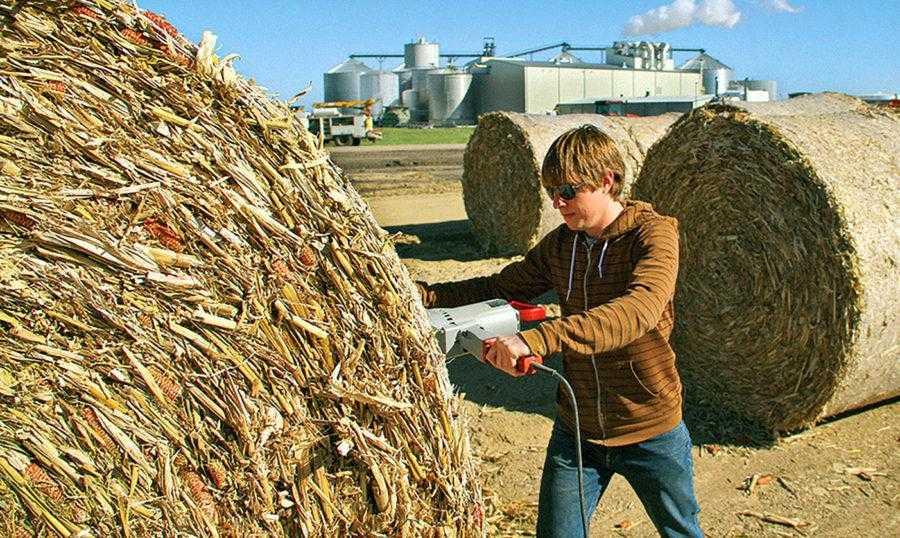 Рис. 11. Проверка качества тюка кукурузной соломы на заводе по производству <strong><figcaption id=