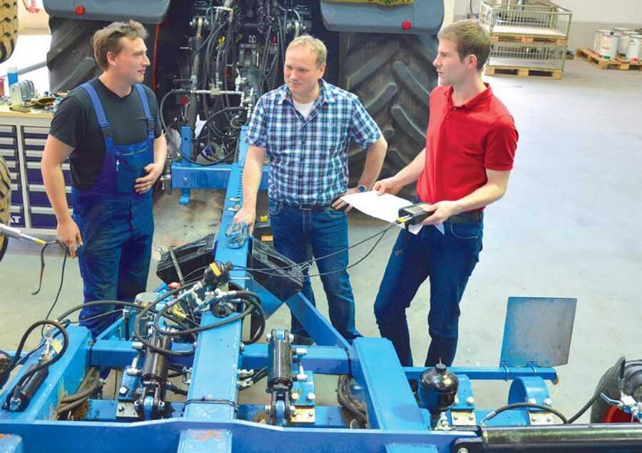 Лудгер Маас зі своїми колегами Арндтом Хюннекесом (Arndt Hnneckes, конструктор дослідних зразків; зліва) і Флоріаном Кохом (Florian Koch, конструктор гідравлічних систем; справа)