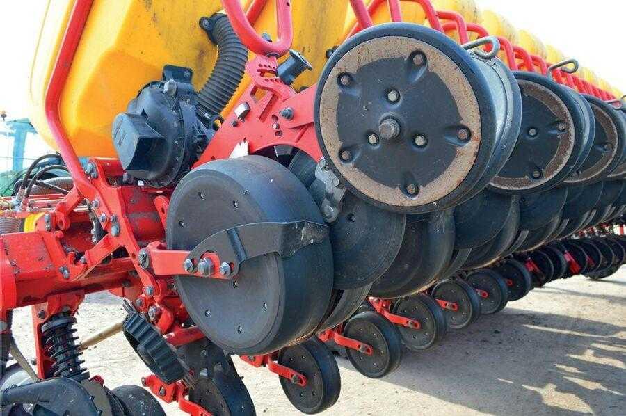 Позаду висівного сошника розташоване спеціальне притискне колесо, яке зупиняє насіння при виході з висівної трубки, забезпечуючи тим самим його хороший контакт з ґрунтом