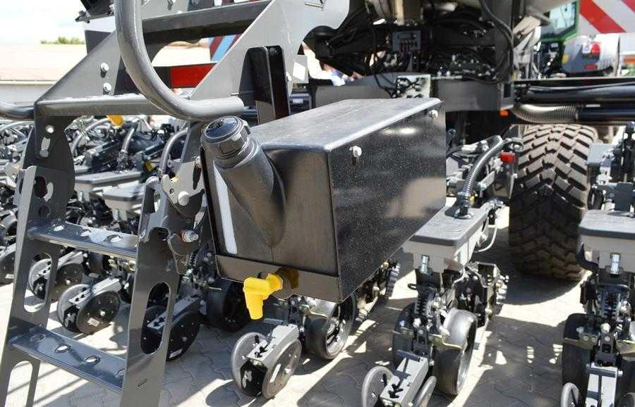Велика увага приділена комфорту механізатора. Є резервуар з водою для миття рук…