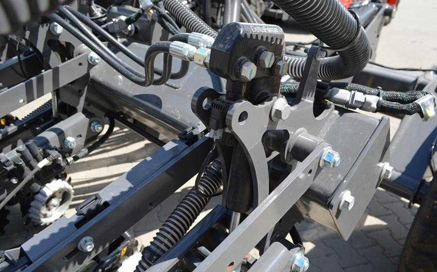 Автоматична система притискного зусилля DeltaForce регулює тиск на висіваючу секцію залежно від умов грунту і швидкості руху