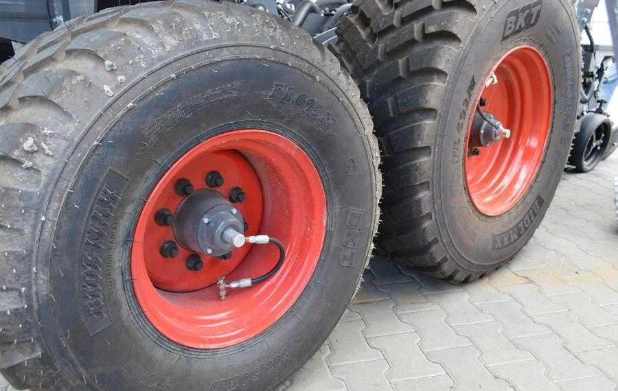 Система накачування шин автоматично регулює тиск в них залежно від того, транспортується сівалка по дорозі чи працює в полі й наскільки заповнені її баки