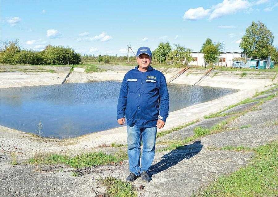 Анатолій Олійник, керівник відділу зрошення, слідкує за справністю роботи системи та якістю проведення поливів