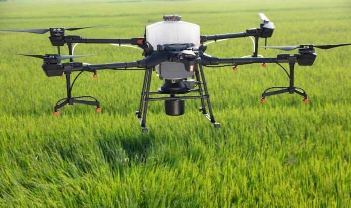 Новий дрон DJI Agras T20 здатен обходити опори і обробити 12 га/год