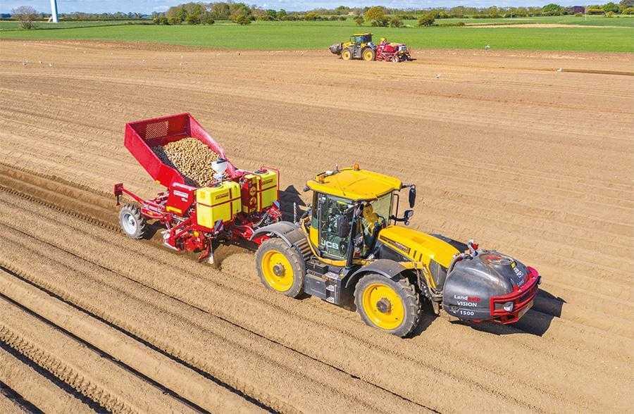 Внесення мінеральних добрив і посадку картоплі можна проводити одночасно. Однак виконання двох операцій за один прохід пов'язане з деякими проблемами логістики
